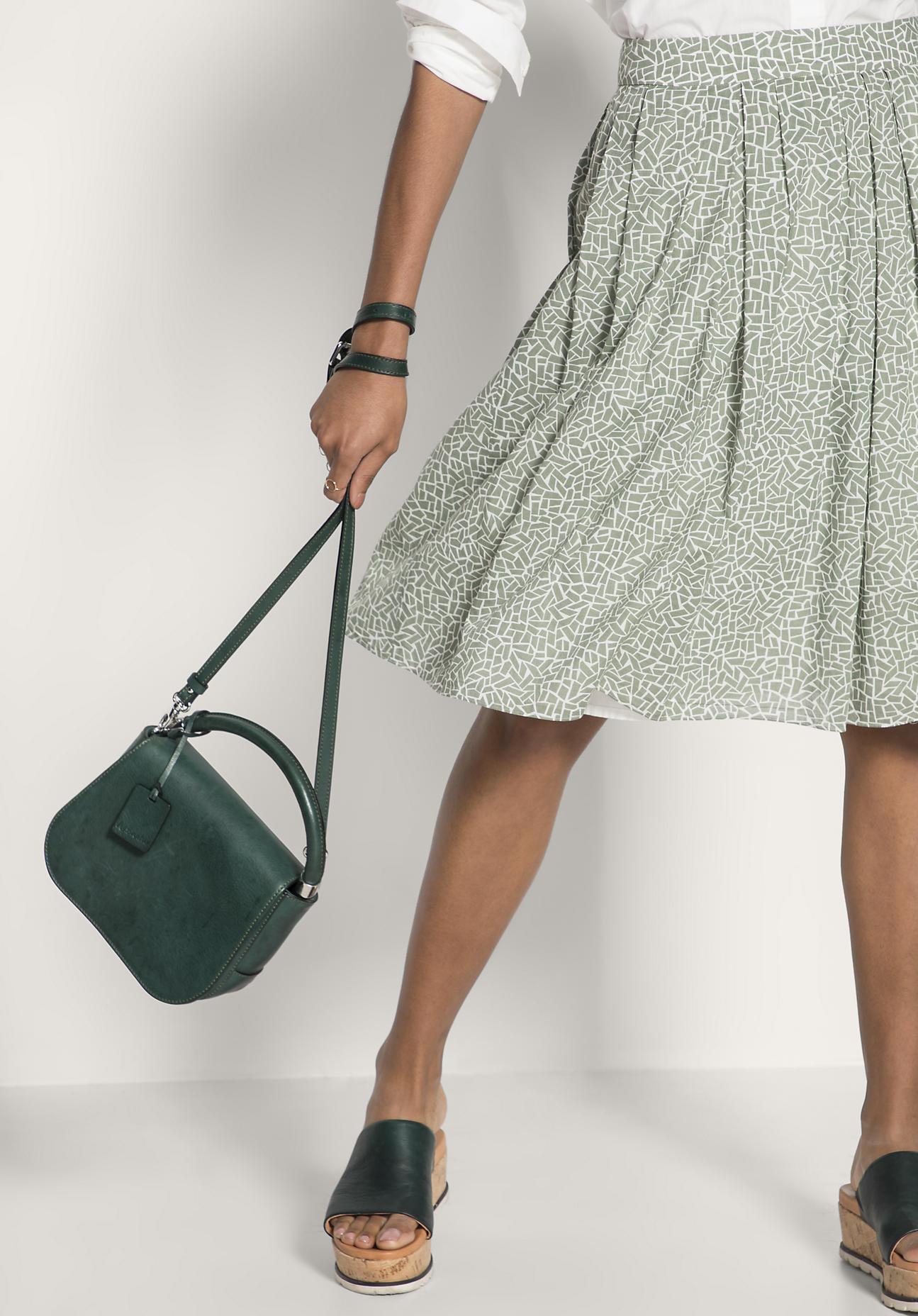 hessnatur Damen Tasche aus Leder – grün – Größe...