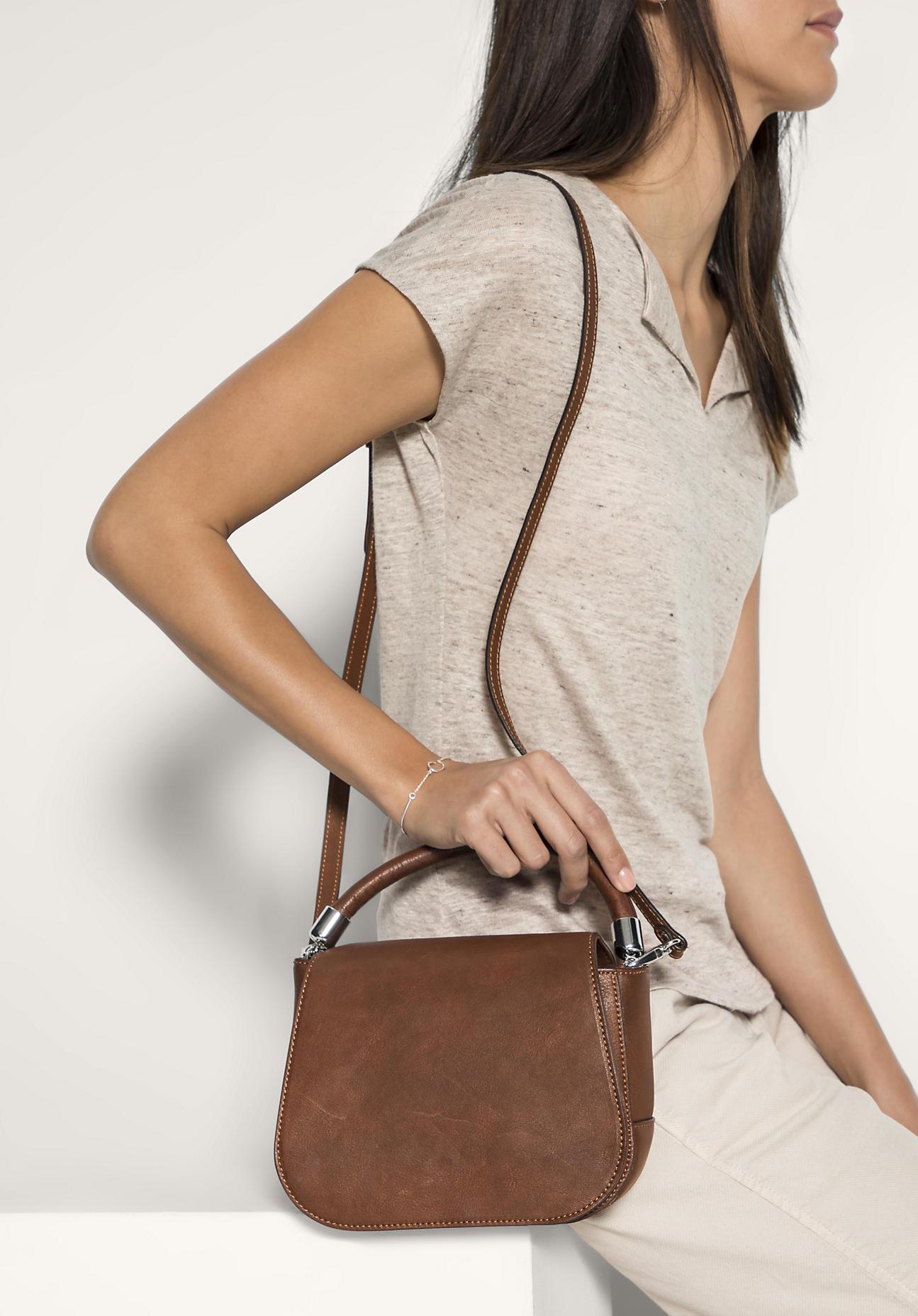 hessnatur Damen Tasche aus Leder – braun – Größ...