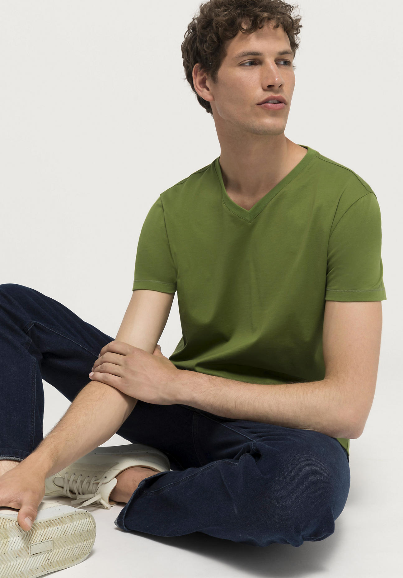 hessnatur Herren V-Shirt aus Bio-Baumwolle - grün Größe 54
