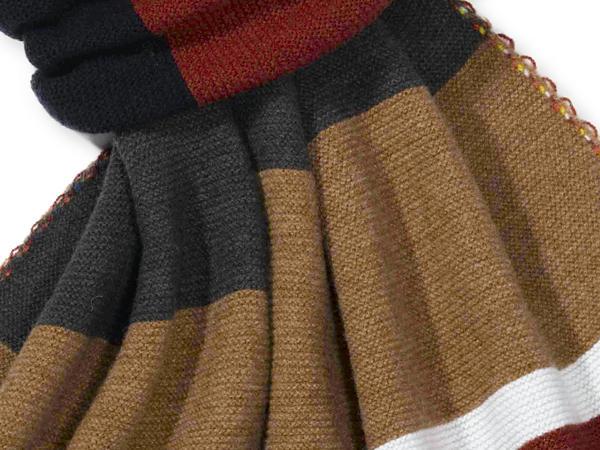 Gestreifter Strickschal aus reiner Schurwolle