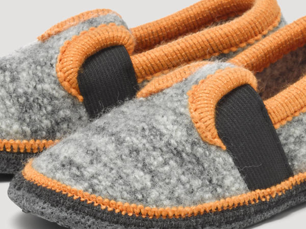 Slip-on slippers made from pure new wool