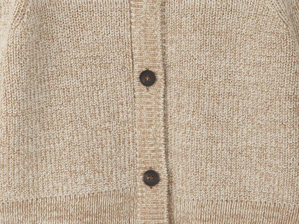 Strickjacke aus ungefärbtem Alpaka mit farbig gewachsener Bio-Baumwolle