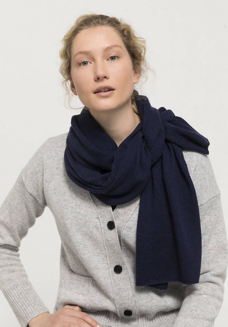 Knitted scarf made of new wool with cashmere