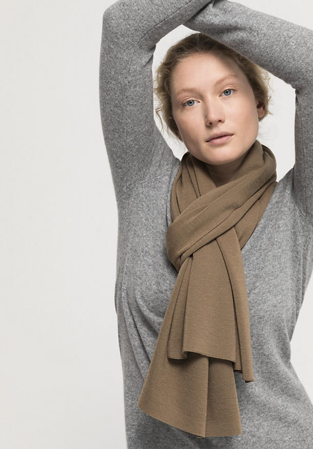 Plant-dyed scarf made from pure merino wool