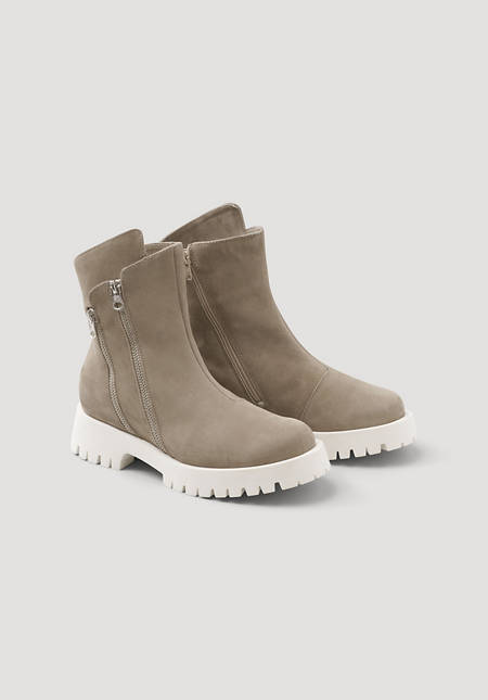 Lined boots with zippers