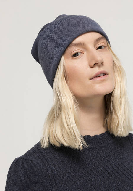 Plant-dyed hat made of pure merino wool