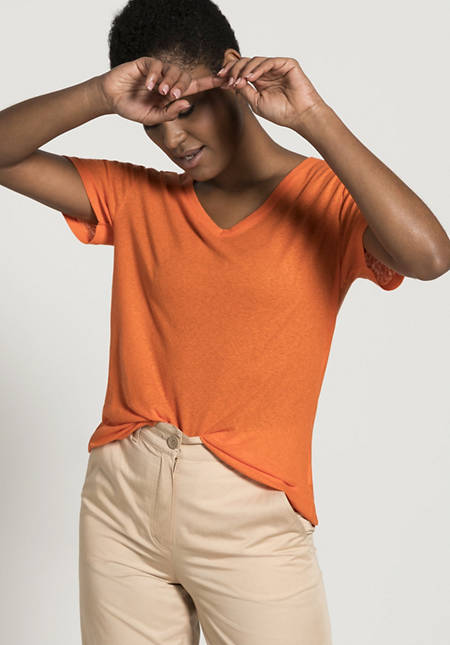 V-shirt made of organic cotton with silk and linen